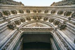 Ansicht von unterhalb des Eingangs zu einer Kirche, Sevilla Spanien lizenzfreie stockfotos