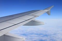 Ansicht von unterhalb des Flügels des Flugzeuges stockbild