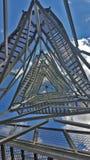 Ansicht von unterhalb durch den Metallgrill auf dem Turm Stockfotos