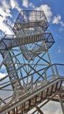 Ansicht von unterhalb durch den Metallgrill auf dem Turm Lizenzfreies Stockfoto