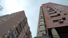 Ansicht von unterhalb von etwas Gebäuden stockfotografie