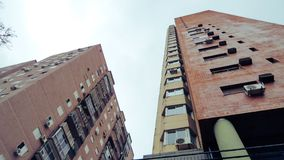 Ansicht von unterhalb von etwas Gebäuden lizenzfreie stockfotos