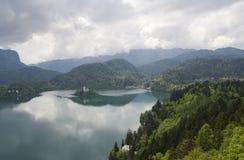 Ansicht von verlaufenem See mit ihr ist Insel Stockfotos