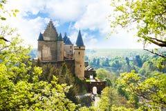 Ansicht von Vianden-Schloss in Luxemburg vom Hügel Stockfotos