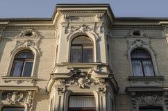 Ansicht von vorherrschenden Fenstern des alten wieder aufgebauten Hauses Lizenzfreies Stockbild