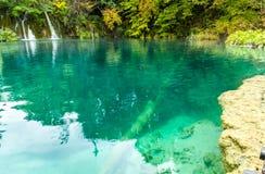 Ansicht von Waldsee mit transparentem Türkiswasser mit hölzernem Stockfoto