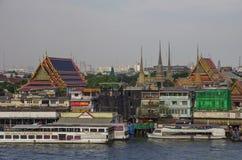 Ansicht von Wat Arun-Tempel zum Chao Phraya, zu den Booten und zu altem zu Lizenzfreies Stockfoto