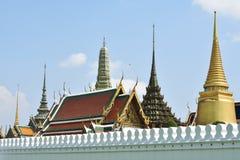 Ansicht von Wat Phra Kaew Temple Emerald Buddhas hinter weißer Wand, schönem gelbem Pagode Brighting und hellem Himmel im backgr lizenzfreies stockbild