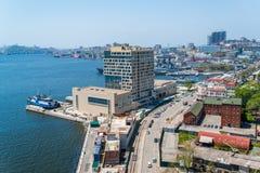 Ansicht von Wladiwostok von der Brücke durch ein Bucht goldenes Horn Stockfotografie