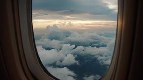 Ansicht von Wolken von einem flachen Fenster stock video