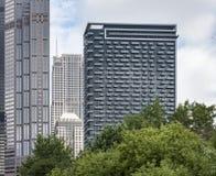 Ansicht von Wolkenkratzern entlang dem Chicago River stockbilder