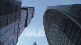 Ansicht von Wolkenkratzern von unten nach oben mit der Kamerarotation stock video