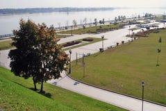 Ansicht von Yaroslavl-Stadt, Russland Der die Wolga-Damm Stockfotografie