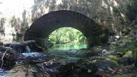 Ansicht von Zrmanja-Fluss unter Steinbrücke stock video footage