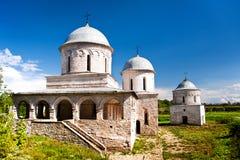 Ansicht von zwei Kirchen in Ivangorod Stockfotografie