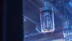 Ansicht von zwei Lampen mit den langen Glühlampen angebracht zur Decke mit Glas-plafond stock footage