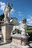 Ansicht von zwei Statuen im Garten des Landhauses Barbaro, Italien Lizenzfreie Stockfotos