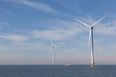 Ansicht von zwei windturbines im niederländischen Noordoostpolder, Flevoland Lizenzfreie Stockbilder