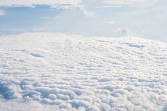 Ansicht weg von der Fläche auf Wolken Stockfotografie
