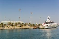 Ansicht an Yas-Jachthafen in Abu Dhabi vom Meer Lizenzfreies Stockfoto