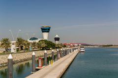Ansicht an Yas-Jachthafen in Abu Dhabi vom Meer Stockfotos