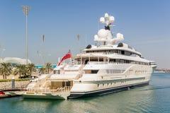 Ansicht an Yas-Jachthafen in Abu Dhabi vom Meer Stockfotografie