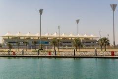 Ansicht am Yas-Jachthafenstromkreis in Abu Dhabi vom Meer Stockfotos