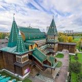 Ansicht Zar ` s hölzernen Palastes in Kolomenskoye von der Aussichtsplattform Stockfotos