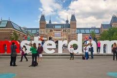 Ansicht am Zeichen I Amsterdam mit Touristen vor dem Rijks Lizenzfreie Stockfotografie