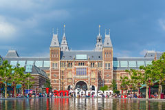 Ansicht am Zeichen I Amsterdam mit Touristen vor dem Rijks Stockbild