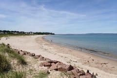 Ansicht zentralen Strandes Nairn an einem hellen Sommertag lizenzfreies stockbild