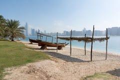 Ansicht zu Abu Dhabi-Skylinen vom Strand, Vereinigte Arabische Emirate Lizenzfreie Stockfotografie
