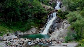 Ansicht zu amasing Wasserfall in den Bergen stock video