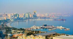 Ansicht zu Baku-Stadt vom Gebirgspark Stockfotos