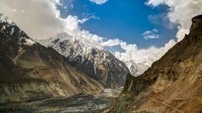 Ansicht zu Bwaltar-Spitze und zu Barpu-Gletscher, Karakorum-Berge Pakistan stockfotos