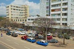 Ansicht zu den Autos parkte an der Straße in Addis Ababa, Äthiopien Lizenzfreie Stockbilder