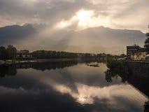 Ansicht zu den Bergen und zum Sonnenlicht Stockfotografie