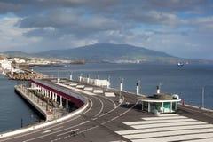 Ansicht zu San Miguel Insel von Ponta Delgada Jachthafen Stockbilder