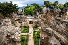 Ansicht zu den Ruinen in Hermano Pedro mit Garten, Antigua, Guatemala lizenzfreies stockfoto