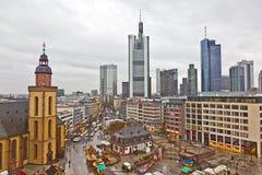 Ansicht zu den Skylinen von Frankfurt mit Hauptwache und von Wolkenkratzer in r Lizenzfreies Stockbild