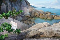 """Ansicht zu den Steinen an der Küste mit dem Zeichen """"passen von glattem"""" bei Koh Samui, Thailand auf Lizenzfreie Stockfotos"""