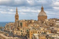 Ansicht zu den Valletta-Stadtgebäuden unter Wolken Stockbild