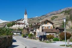 Ansicht zu den Wohngebietgebäuden und -kirche von der Straße des Briggs (Brigg-Glis), die Schweiz Lizenzfreie Stockbilder