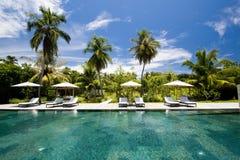 Ansicht zu einem Swimmingpool Lizenzfreie Stockfotos
