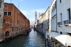 Ansicht zu einem Venedig-Kanal mit Restaurantterrasse draußen an einem sonnigen Tag des Frühlinges lizenzfreie stockfotos