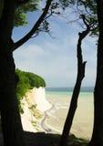 Ansicht zu einer Kreideklippe und zu einer Ostsee Stockbilder
