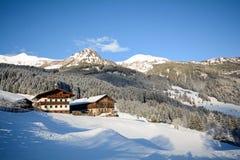 Ansicht zu einer Winterlandschaft mit altem Bauernhaus und Gebirgszug, Gasteinertal-Tal nahe schlechtem Gastein, Pongau-Alpen - S Lizenzfreie Stockfotografie