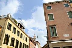 Ansicht zu einigen Häusern und zu Straßen von Venedig an einem sonnigen Frühlingstag lizenzfreie stockfotografie