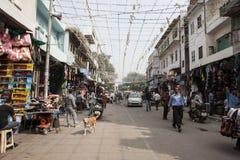 Ansicht zu gedrängter Straße mit Shops, Hotels, Transport und Leuten im Hauptbasar Lizenzfreie Stockfotos