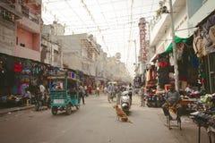Ansicht zu gedrängter Straße mit Shops, Hotels, Transport und Leuten im Hauptbasar Stockbild
